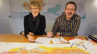 Die Gemeinde soll moderat wachsen: Frau Gemeindeammann Regine Leutwyler und Gemeinderat Jos Bovens präsentieren die Befragungsergebnisse.
