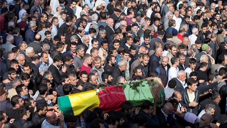 Ein Opfer der Anschläge von Ankara wird in Istanbul zu Grabe getragen.Tolga Bozoglu/EPA/Keystone