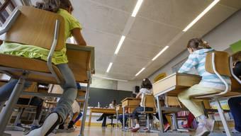 Durch eine undichte Bodenplatte kann Radongas aufsteigen. Ist dann auch noch die Lüftung ungenügend, ist die Gesundheit in Gefahr. Nun finden in allen Schulen Messungen statt.