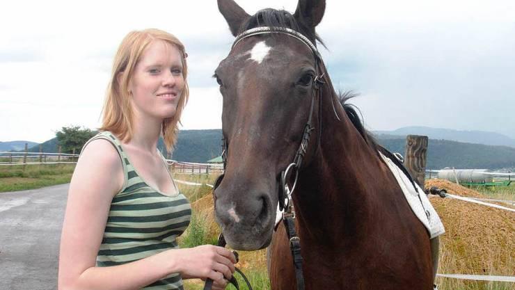 Sabine Spielmann mit der Stute Wicky. Das Pferd musste aufgrund der schweren Verletzung eingeschläfert werden.