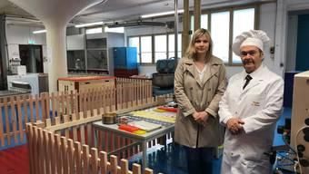 Nadine Boner von Region Solothurn Tourismus und Ulrich Wälchli, der Seifenmacher hinter den Besucherabschrankungen im Betrieb.