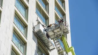 Die Berufsfeuerwehr muss zwei Arbeiter aus 48 Metern Höhe retten.