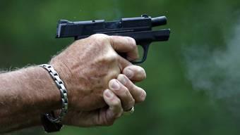 Ein 21-jähriger wurde am frühen Samstagabend durch eine Schusswaffe verletzt. (Symbolbild)