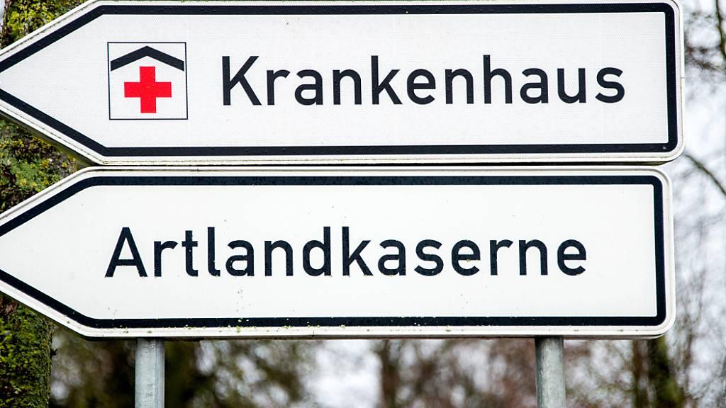 Ein Schild weist auf die Artlandkaserne und das Krankenhaus am Stadtrand hin. Die Kaserne im niedersächsischen Quakenbrück wird in der Corona-Krise als zentrales Impfstofflager in Deutschland vorbereitet. Foto: Hauke-Christian Dittrich/dpa