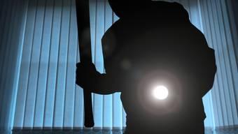 Die Einbrecher griffen den betagten Mann an und verletzten ihn so schwer, dass er Tage danach im Spital starb. (Symbolbild)
