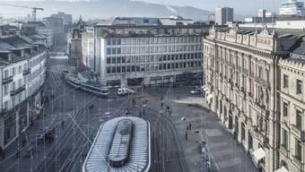 Der Paradeplatz in Zürich - Symbol und Herz des Bankenplatzes Schweiz mit dem Gebäude der UBS (Mitte) und der Credit Suisse (rechts).