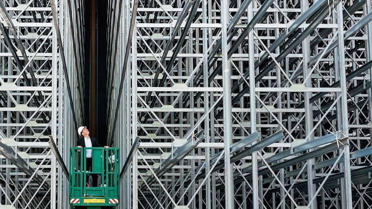 Roland Brack besucht die Baustelle des neuen Verteilzentrums in Willisau, das die Lagerkapazität der Gruppe verdoppeln soll.
