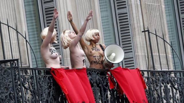 Die drei Femen-Aktivistinnen auf einem Balkon in Paris