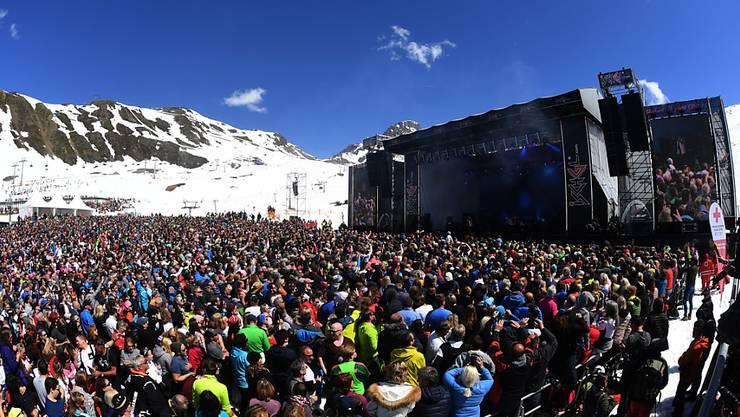 ARCHIV - Die Sängerin Helene Fischer gibt beim bisher größten Top of the Mountain Closing Konzert in der Skimetropole Ischgl vor 26.000 Besuchern ein zweistündiges Konzert auf 2320 Höhenmetern. Im österreichischen Ischgl war ein großer Teil der Bevölkerung mit dem Coronavirus infiziert. Foto: Felix Hörhager/dpa
