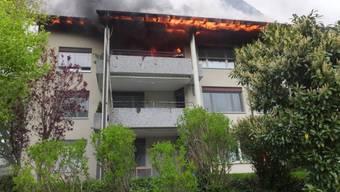 Beim Brand in einem Mehrfamilienhaus in Schänis SG ist am späten Samstagnachmittag ein Sachschaden von mehreren 100'000 Franken entstanden. (Bild: Kantonspolizei St. Gallen)