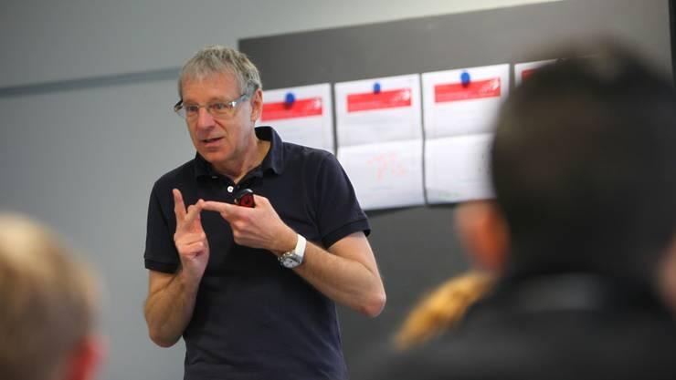 ^Jürg Schmid, Medienexperte von Swisscom, erklärt den Zufikoner Realschülern, wo im Internet Gefahren lauern.