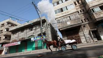 Rauch steigt aus einem Haus in Gaza City, das von Israel bombardiert wurde.