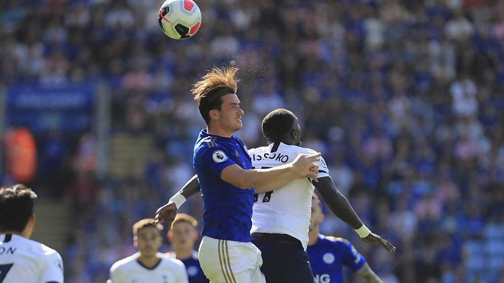Tottenham muss in Leicester unten durch: Moussa Sissoko verliert das Kopfballduell gegen Ben Chilwell