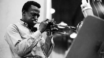 """Miles Davis bei einer Aufnahme für das Album """"Kind of Blue"""" im Jahr 1959."""