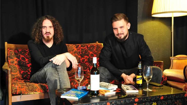 Daniel Kissling (links) und David Lüthi sind zwei der Macher des Literaturmagazins «Narr», hier aufgenommen im Coq d'Or.