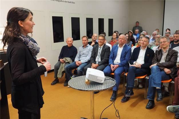 Die «Köchin»: Kuratorin Karin Zuberbühler erklärt den Vernissagegästen, darunter Regierungsrat Roland Fürst und Stadtpräsident Martin Wey, die neue Ausstellung.