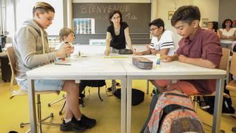 Lehrerin Stéphanie Hattemer begrüsste am Montag an der Sekundarschule Reinach die erste Klasse, die schon seit der dritten Primar Französisch-Unterricht hatte.