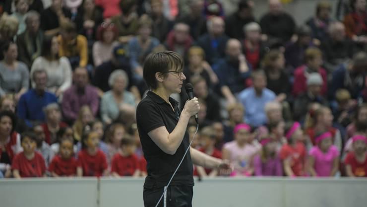 Präsidentin Corinne Weber eröffnet die TurnShow vor voller Tribüne.
