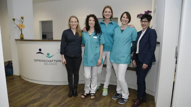 Sie freuen sich über die Neueröffnung an der Dorfstrasse 1c: Sarah Hüsler (PraxaMed AG, links), Simone Allemann (Ärztin), Jasmjin Terheggen (Physiotherapeutin), Deborah Reinhart (Ärztin) und Silvia Spycher (Gemeindepräsidentin, rechts)