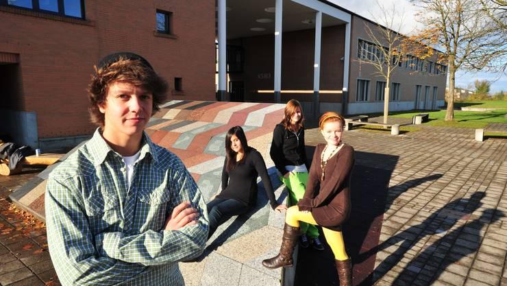 Setzen sich ein: Dario Di Maio, Evelyne Ruf, Nina Lang und Laura Schwitter (von links nach rechts). Der Vorstand der Mutscheller Schülerkonferenz kämpft für den Kunstkeil auf dem Pausenplatz. (dno)