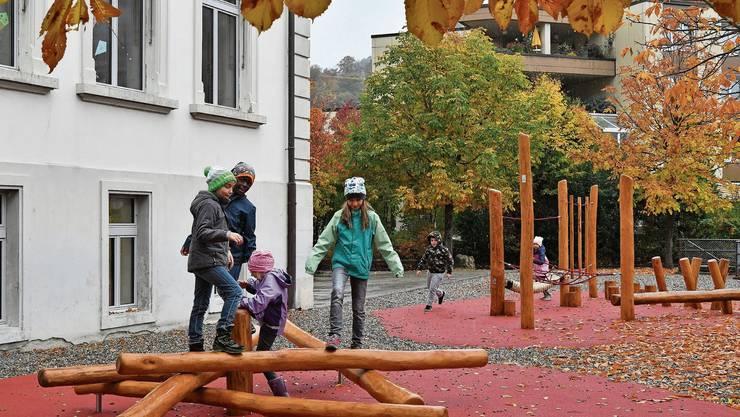 Schlechtes Wetter macht den Kindern nichts aus. Der neue Spielplatz beim Inseli-Schulhaus ist einfach zu verlockend.
