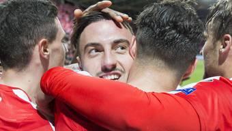 Matchwinner Drmic nimmt nach dem 1:0 gegen Lettland die Gratulationen seiner Mannschaftskameraden entgegen