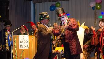 Vizeammann Peter Gauch (links) überlässt dem Ehrenschränzer, Dracula Hektor, den Schlüssel zur Gemeinde.