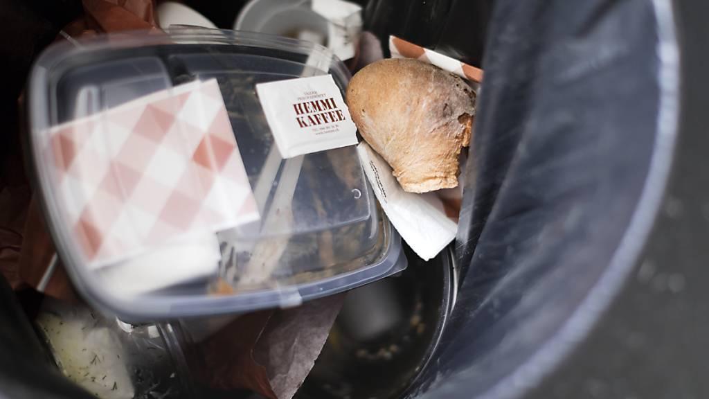 Plastik in einem Abfallkübel: Einwegverpackungen machen rund 40 Prozent der weltweiten Endverwendung von Neuplastik aus, wie es in einem Greenpeace-Bericht heisst. (Archivbild)