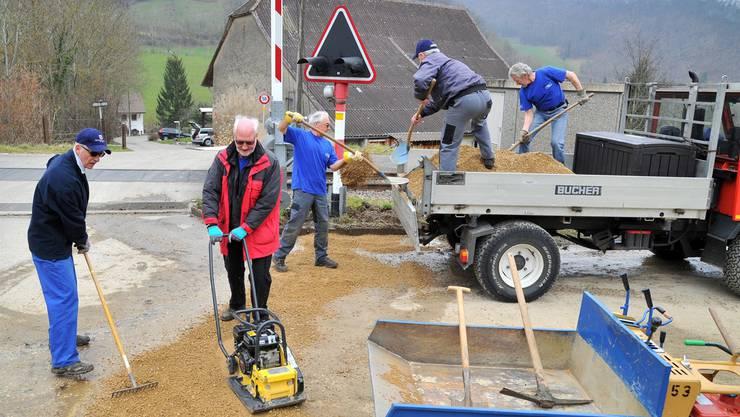 Mitglieder des Verschönerungsvereins Trimbach bei der Arbeit: Ausbesserung des Panoramawegs bei der Miesernstrasse am vergangenen Dienstag.