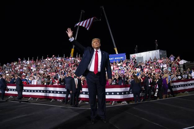 Donald Trump verhöhnte bei einem Wahlkampfauftritt am Mittwoch den Einsatz Obamas für Joe Biden. (Bild: Keystone)