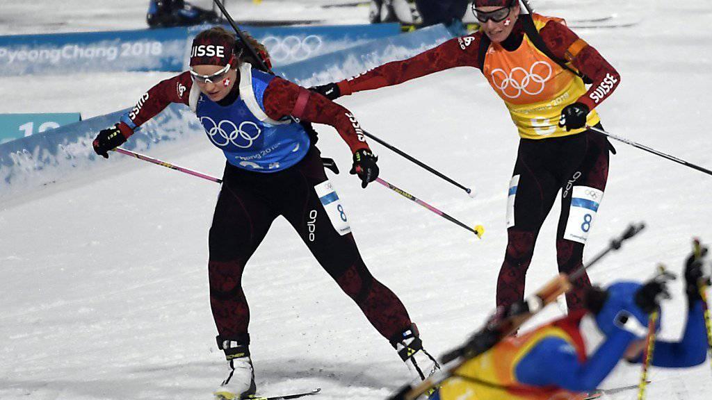 Die Schweizer Schlussläuferin Irene Cadurisch (vorne) übernimmt von Selina Gasparin.