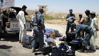 Nach dem Anschlag vom Freitag kontrollieren Sicherheitskräfte Fahrzeuge und Passagiere