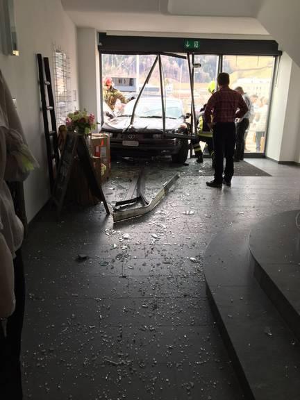 Der Autofahrer landete im Eingangsbereich des Geschäftes. (Bild: zVg)