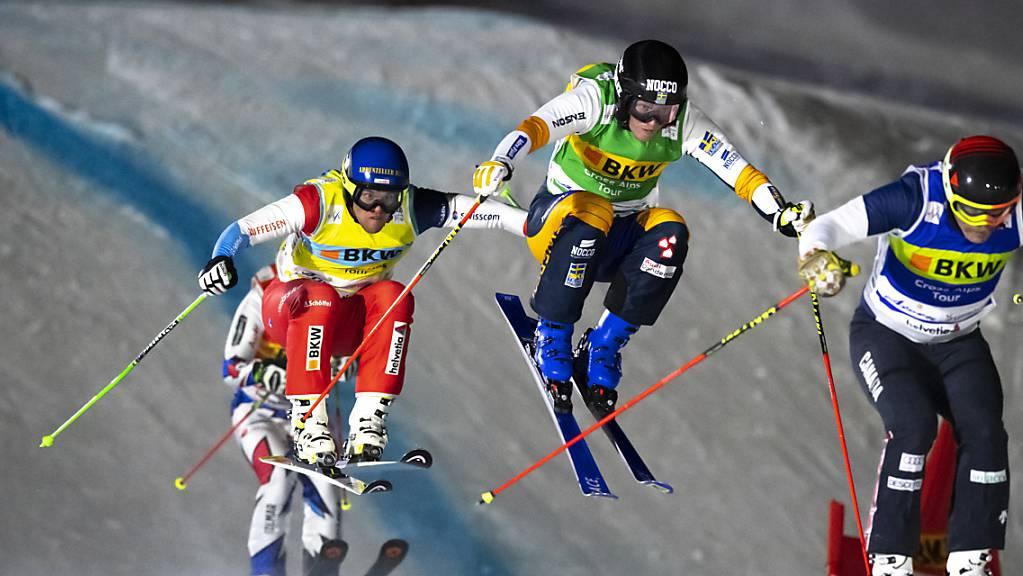 Marc Bischofberger (gelbe Startnummer) darf in diesem Jahr im Nachtrennen von Arosa wegen einer Schulterverletzung nicht abheben