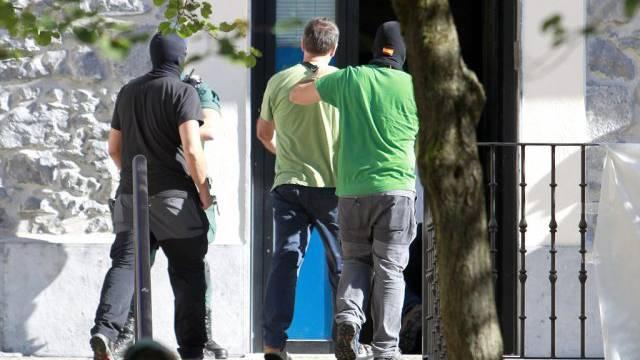 Terror-Verdächtige werden von der Guardia Civil abgeführt