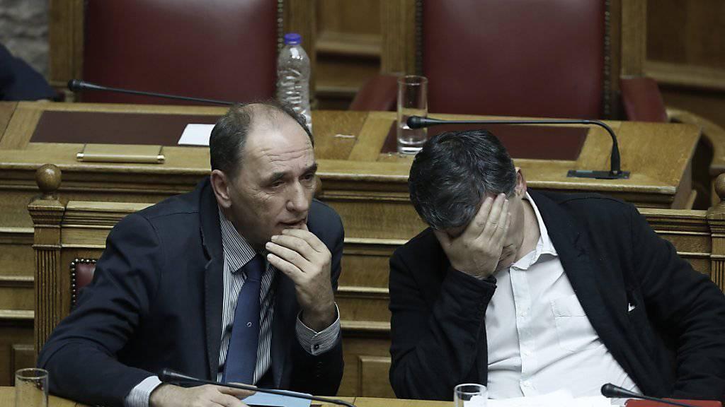 Der griechische Wirtschaftsminister Giorgos Stathakis (links) bei einer Haushaltssitzung des griechischen Parlaments. (Archiv)Griechenland hat sich nach Angaben der griechischen Regierung mit seinen internationalen Gläubigern auf eine weitere Milliardentranche aus dem Hilfspaket geeinigt.