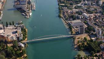 Luftaufnahme der Dreiländerbrücke zwischen Weil am Rhein und Hüningen beim Dreiländereck im Rheinhafen Basel.
