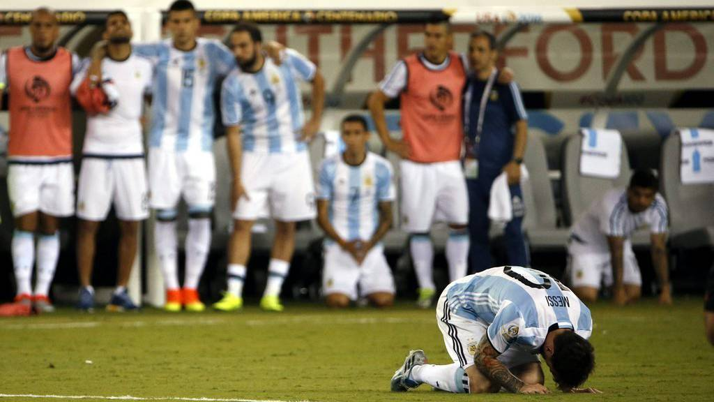 epa05393682 Argentina midfielder Lionel Messi (R) reacts after missing his penalty shot during the COPA America Centenario USA 2016 Cup final soccer match between Argentina and Chile at the MetLife Stadium in East Rutherford, New Jersey, USA, 26 June 2016.  EPA/JASON SZENES
