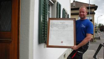Marktchef Tobias Reize mit der 200 Jahre alten Urkunde.Katja Schlegel