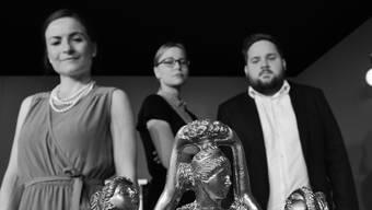 Sie spielen die drei Toten, die in der Hölle im Stück von Jean-Paul Sartre aufeinandertreffen (v. l.): Tanja Krieg, Dominique Lysser und Johnny Sollberger vom Theater Ensemble Mausefalle.