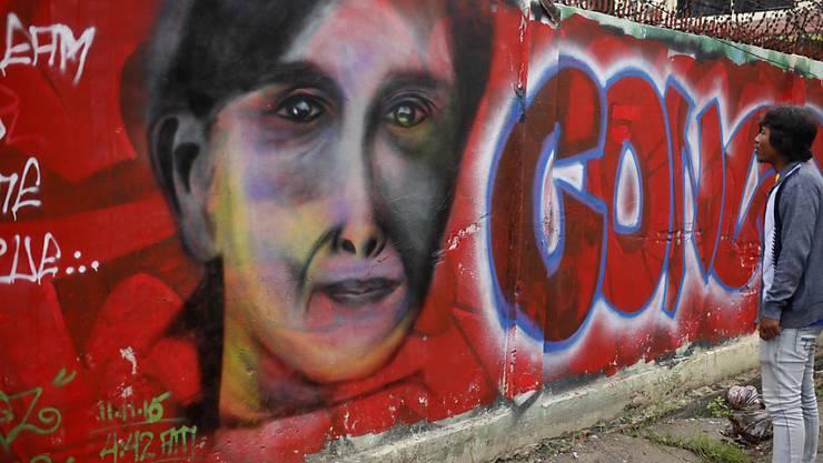 Mit diesem Graffiti wird Aung San Suu Kyi in Mandalay zum Wahlsieg gratuliert.