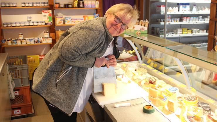 Sylvia Bachmann führt rund 80 Sorten Käse in ihrem Laden. Am liebsten mag sie Greyerzer.