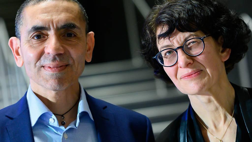 ARCHIV - Ugur Sahin und seine Frau Özlem Türeci, die Gründer des Mainzer Corona-Impfstoff-Entwicklers Biontech, stehen am Ende einer im Internet übertragenen Preisverleihung des Axel Springer Awards an das Forscherehepaar zusammen. Jetzt ist ein Buch über das Gründerpaar veröffentlicht worden. Foto: Bernd von Jutrczenka/dpa-Pool/dpa