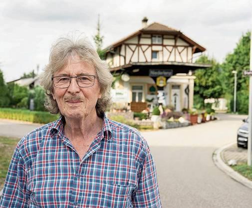 Ernst «Jimmy» Rufer vor dem längst stillgelegten Bahnhof Niederlenz.