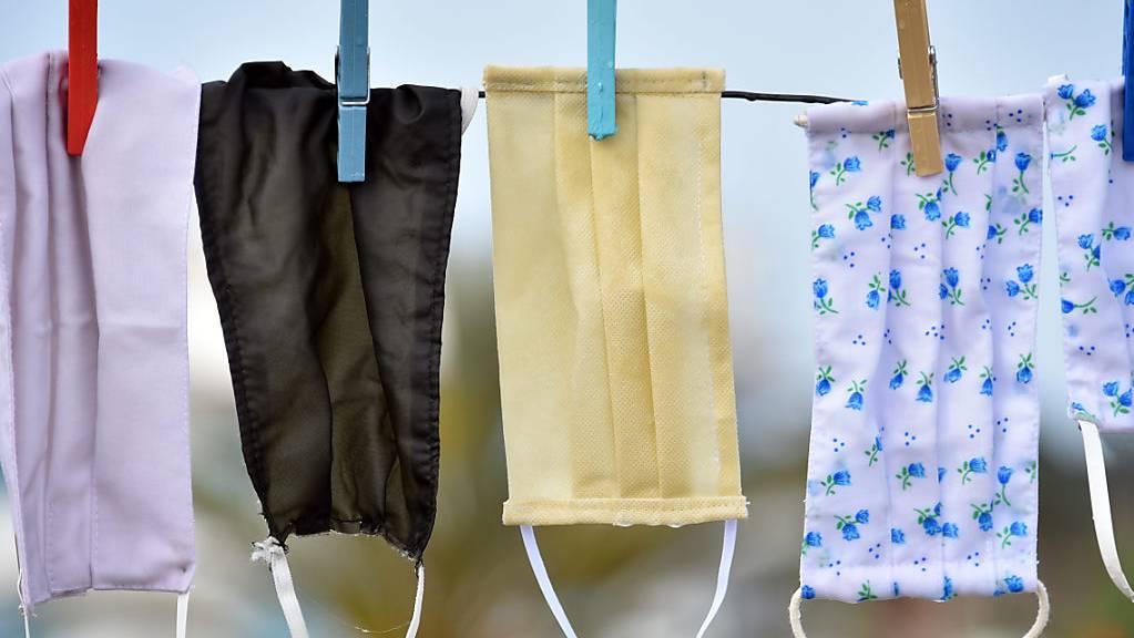 Mundschutze hängen in Tunis zum Trocknen über einer Wäscheleine.