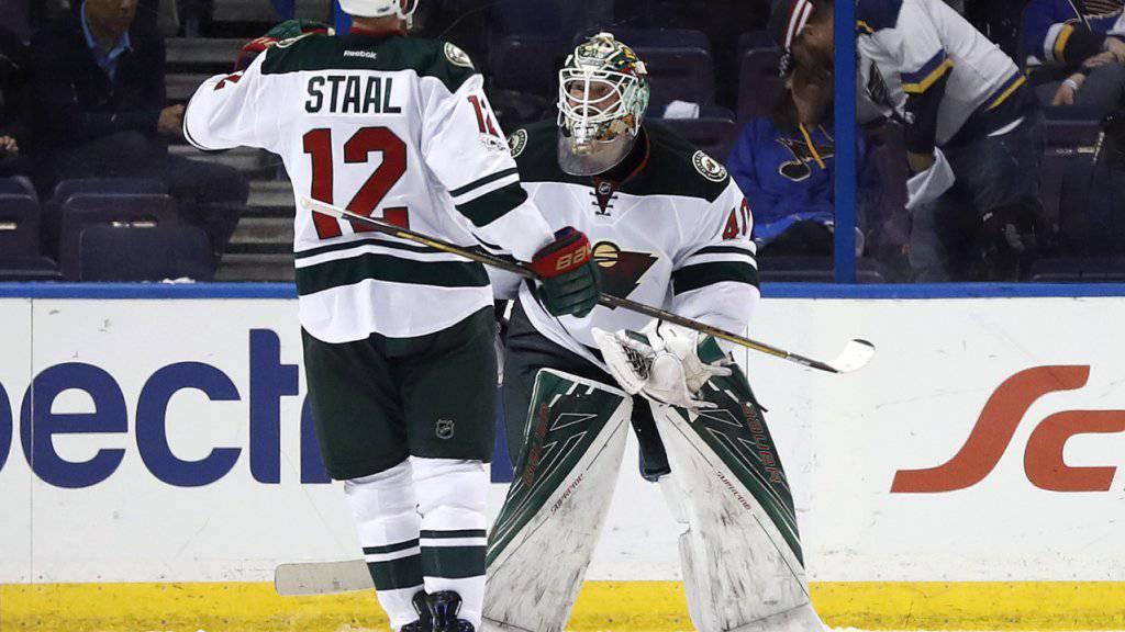 Minnesotas Assistenzcaptain Eric Staal beglückwünscht Goalie Devan Dubnyk zu dessen Shutout