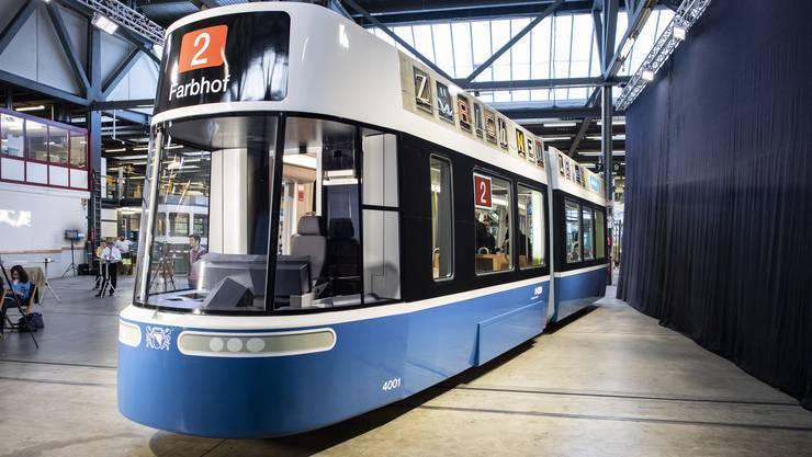 """Blick auf die Maquette des neuen Zueri-Trams """"Flexity"""", aufgenommen am Dienstag, 24. April 2018 in Zuerich. (KEYSTONE/Ennio Leanza)"""