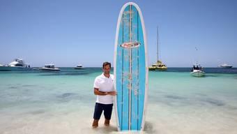 Roger Federer posiert in Australien mit einem Surfbrett: Der Bekanntheitsgrad der Marke dürfte in die Höhe schnellen.