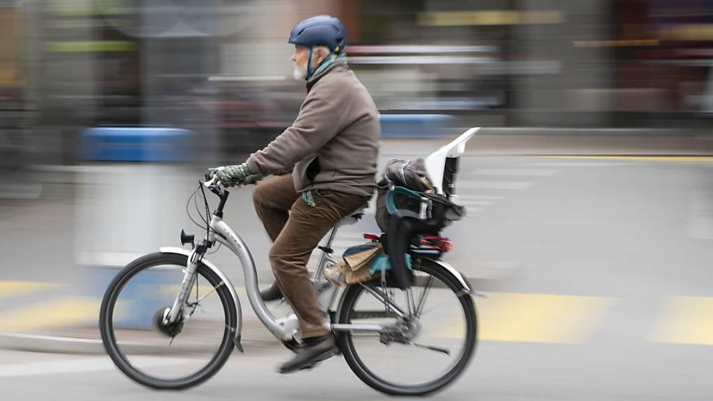 Das Tragen eines Helms soll künftig auch auf langsamen E-Bikes obligatorisch sein. Der Widerstand gegen das vom Bundesrat vorgeschlagene Obligatorium ist gross. (Themenbild)