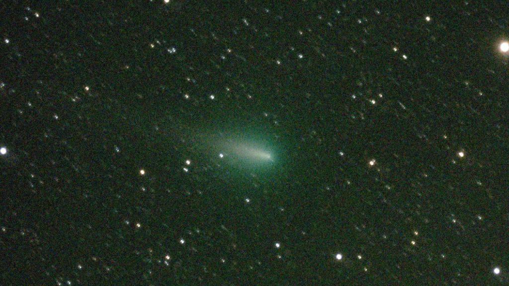 Am Abendhimmel stirbt derzeit der Komet «Atlas». Die Aufnahme stammt vom späten Abend des 22. April.